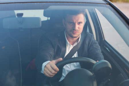 chofer: conductor del coche enojado Foto de archivo