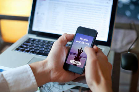 usando la aplicación de vigilancia de la salud en el smartphone