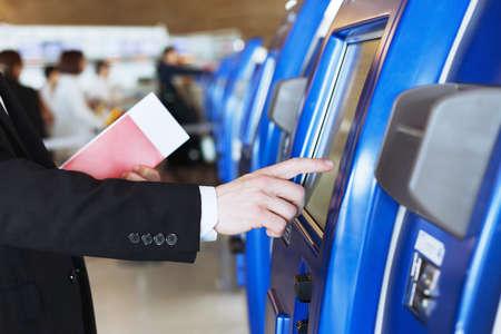 check-in en auto servicio de asistencia en el aeropuerto