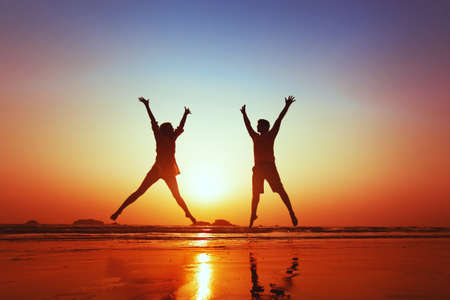 vida saludable: luna de miel de la familia joven feliz en la playa