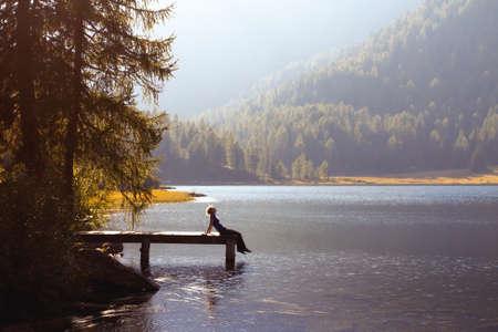 silencio: mujer joven disfrutar de la naturaleza en el lago de la montaña Foto de archivo