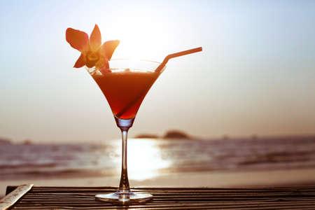 cocteles de frutas: cóctel en la playa Foto de archivo