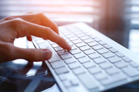 teclado de computadora: mujer que usa el ordenador en la oficina