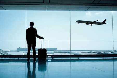 Hombre de negocios en el aeropuerto Foto de archivo - 53099838