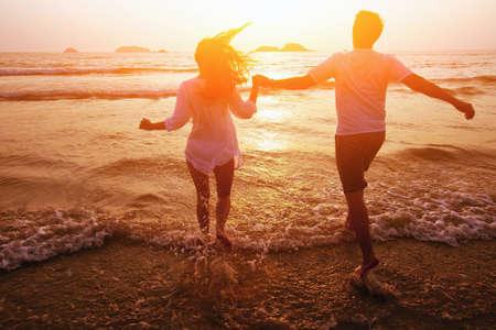 浪漫: 情侶在沙灘上,夢想假期的剪影