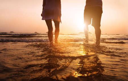 silueta hombre: vacaciones en la playa