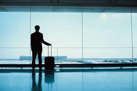 silhouet van de passagiers wachten in de luchthaven