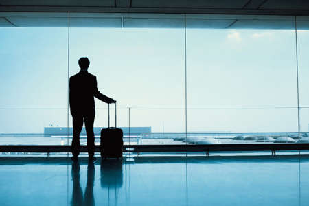 silhouette of passenger waiting in the airport Foto de archivo