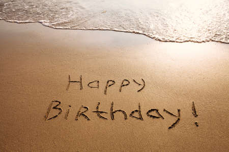 auguri di buon compleanno: cartolina di compleanno felice sulla spiaggia Archivio Fotografico