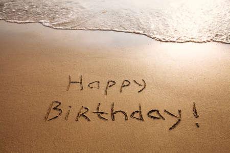 Happy birthday ansichtkaart op het strand Stockfoto - 53109871