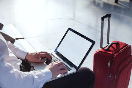 gente aeropuerto: banca en línea en Internet en los viajes de negocios, portátil con pantalla vacía