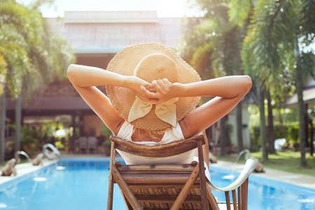 高級ホテルでリラックスした女性の夏休み 写真素材