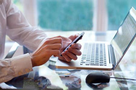 correo electronico: tel�fono inteligente o un ordenador Foto de archivo