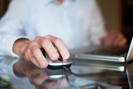homme d'affaires avec l'ordinateur