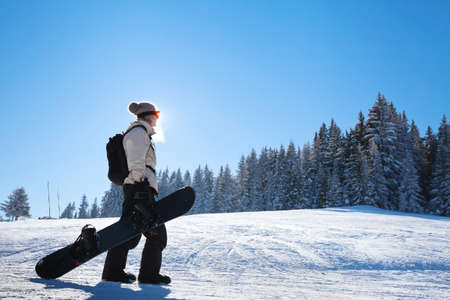 amateur: silhouette of woman with snowboard on the ski slope Foto de archivo