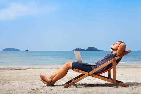 노트북 편안한 해변에서 행복 비즈니스 남자