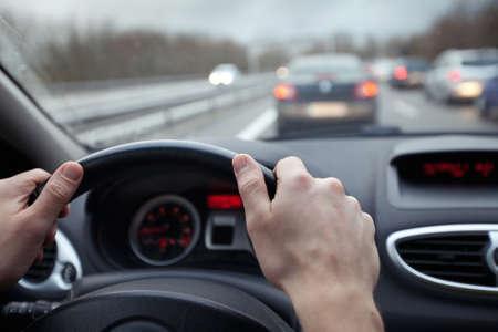 Control de velocidad y la distancia de seguridad en la carretera, conducir de forma segura Foto de archivo - 68576743