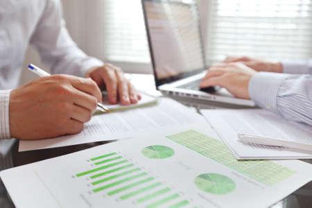 mensen uit het bedrijfsleven werken in het kantoor, focus op de voorgrond Stockfoto