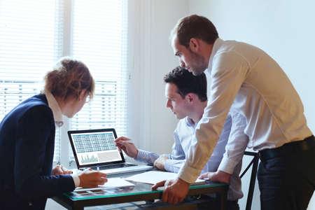 trabajo en equipo, reunión de negocios, equipo que trabaja en el plan financiero Foto de archivo