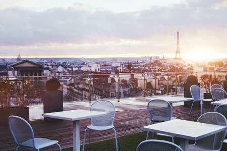 フランス エッフェル塔のパノラマの景色とパリのレストランの日当たりの良いテラス
