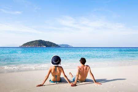 huwelijksreis bestemming, jonge gelukkige paar ontspannen op het paradijs strand