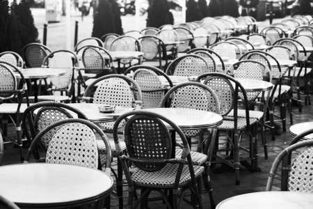vintage street cafe in Paris, black and white photo of wicker chairs and tables 版權商用圖片 - 68680116