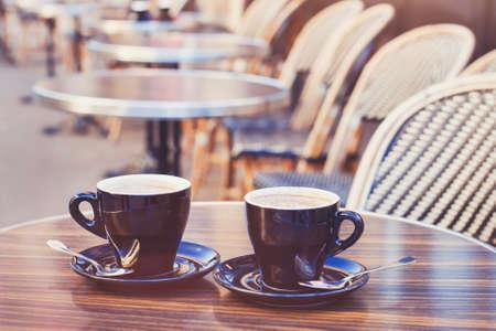 due tazze di cioccolata calda o caffè cappuccino sul tavolo in caffè, vicino, stile vintage