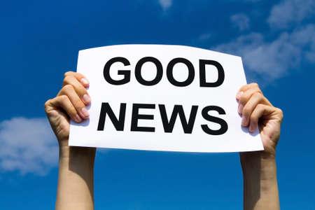 Buenas noticias, las manos de papel se sostienen con el concepto de texto, los medios de comunicación positiva Foto de archivo - 68679482
