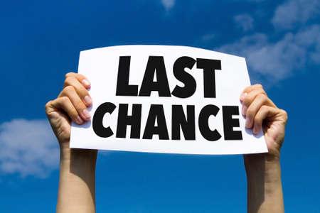 Dernière chance, concept, main tenant papier signe Banque d'images - 68679443