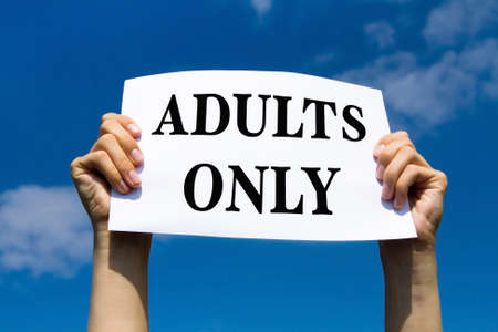 educacion sexual: Sólo con adultos, concepto, foto de las manos con signo de papel Foto de archivo
