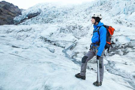 산악인 등산가와 빙하의 모든 장비