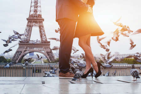 파리의 에펠 탑 근처 부부