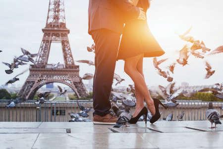 couple near Eiffel tower in Paris Stockfoto