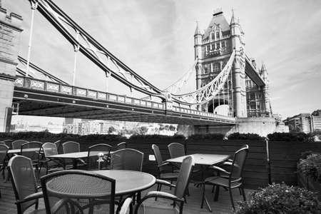 테라스에서 타워 브릿지 근처 카페와 런던의 아름다운 흑백보기 스톡 콘텐츠