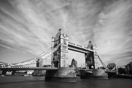 ロンドンのタワー ブリッジの白黒ビュー 写真素材
