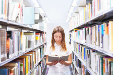 Universiteitsopleidingsconcept, student in de bibliotheek of boekhandel Stockfoto