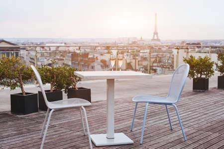 도시의 전경을 조망할 수있는 파리의 아름다운 고급 옥상 레스토랑 스톡 콘텐츠