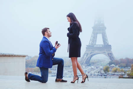 marry me, proposal in Paris near Eiffel Tower 版權商用圖片 - 77017903
