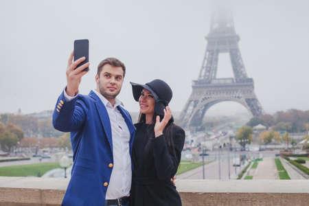 パリのエッフェル塔の写真を撮る観光客、selfie、ヨーロッパ、フランスの観光のカップル