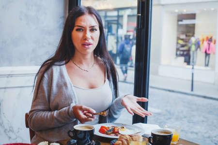 cliente infeliz en el restaurante, mujer enojada que se queja de la comida y el servicio en el café Foto de archivo