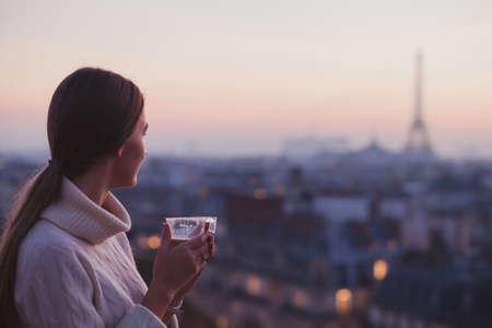 파리, 에펠 탑 및 도시의 아름 다운 파노라마를보고하는 여자 여행