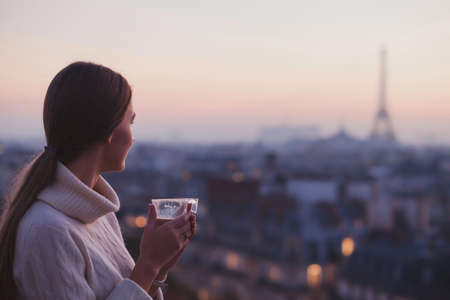 Viaje a París, mujer mirando a la torre Eiffel y hermoso panorama de la ciudad Foto de archivo - 77018096