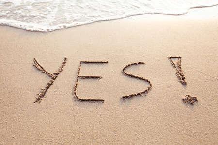砂浜に字を書いて生活の中で肯定的な変化の概念をはい 写真素材