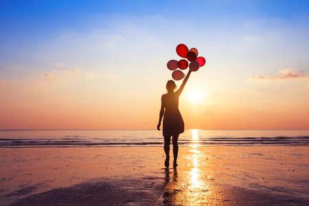 동기 부여 또는 희망 개념, 당신의 꿈과 영감을 따라 일몰 풍선과 소녀 스톡 콘텐츠