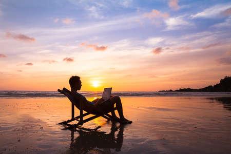 해변에서 일하는 노트북 함께 행복 비즈니스 남자의 실루엣