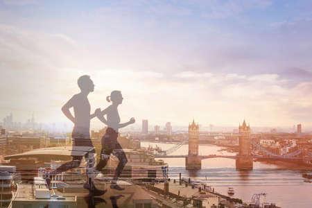 两个跑步者和伦敦全景,双重曝光,锻炼和健身的概念