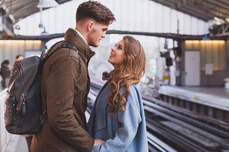 relación de larga distancia, pareja en la plataforma en la estación de tren, reunión o concepto de despedida Foto de archivo