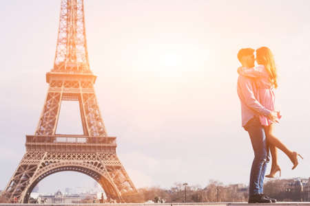 liefde in de meest romantische stad - Parijs, jong stel op de Eiffeltoren en vanille lucht Stockfoto