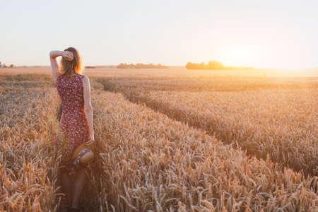 inspiratie of wacht concept, gelukkige mooie jonge vrouw in zonsondergang veld, droom