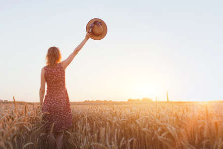 żegnaj lub pożegnanie, pożegnanie, kobieta macha ręką w polu